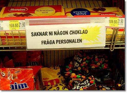 Skylt i godishyllan i iCA med texten Saknar ni någon choklad, tala med personalen