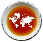 En tallrik nyponsoppa med en världskarta av grädde