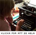 Sara vid sin farmors fars skrivmaskin i sommarhuset på Gotland