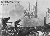 Sovjetiska soldater rycker fram i ruinerna av Stalingrad